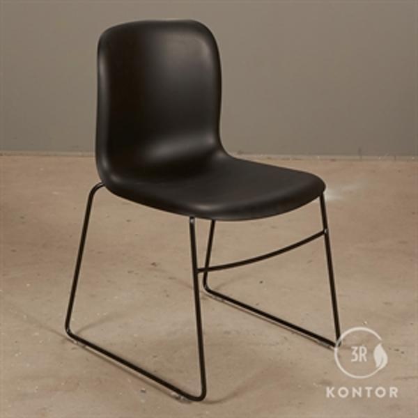 Howe SIxE konferencestol i sort plast og sorte meder.