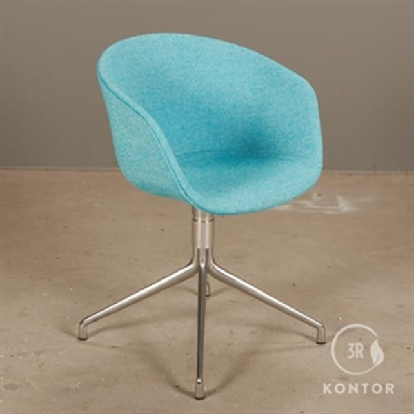 HAY About a chair i blå polster på metal fod.
