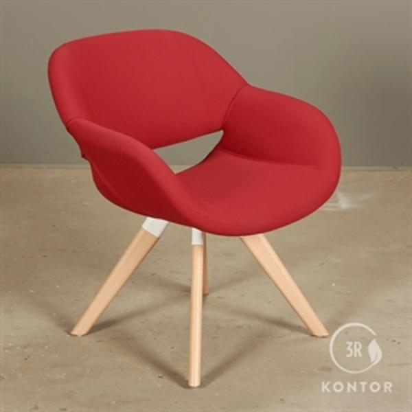 Kusch+Co Volpe loungestol i rødt stof.