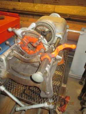 Fra lukket montør afdeling sælges 12 svejsemaskiner - båndsav - gevindskæremaskine - arbejsborde