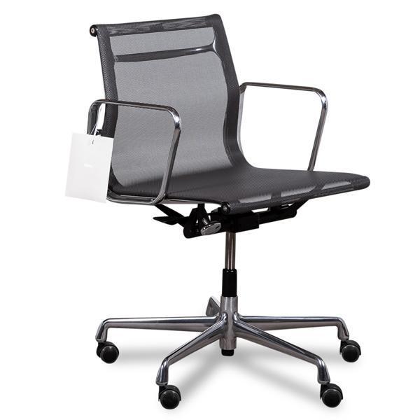 Vitra ea 117 aluminium med mesh ryg og sæde.
