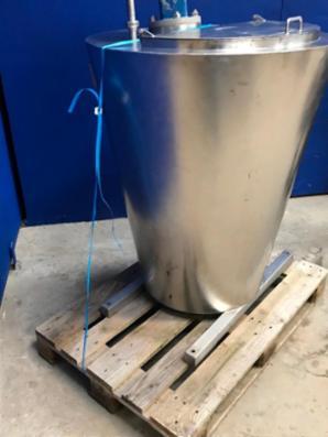 300 liters tank med omrører.